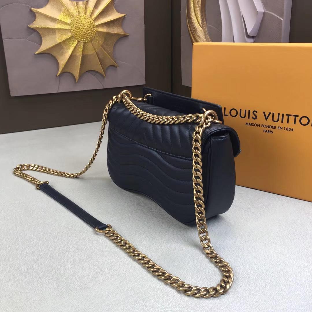 LV路易威登 NEW WAVE 中号手袋 M51498 黑色 由柔滑的绗缝小牛皮裁制而成 新潮造型的必备之选 25×15×7.5cm