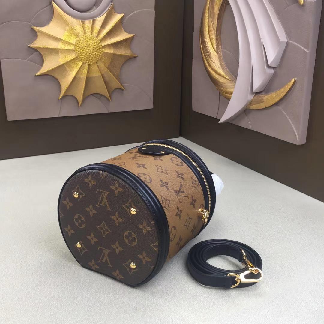LV路易威登 秋冬新款 PETIT NOE 手袋 M62788 老花纹 水桶包走秀款手提包 圆筒包 16×14.5×16cm