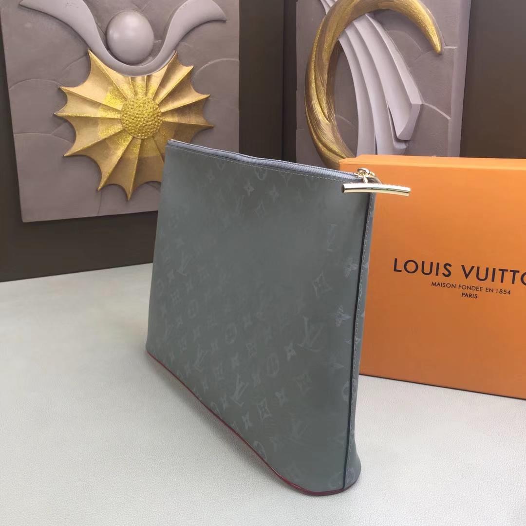 LV路易威登 M63240 此款Pochette Cosmos手袋以路易威登2018-19秋冬时装秀中的太空主题为设计灵感之源 13.8 x 10.2 x 3.1