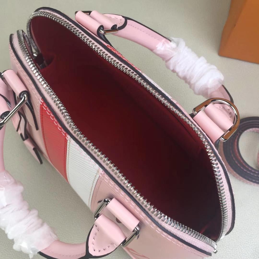 LV路易威登 ALMA BB 贝壳挎包 M51961 粉色 由粒纹Epi皮革裁制而成的Alma BB手袋 23x11x17cm