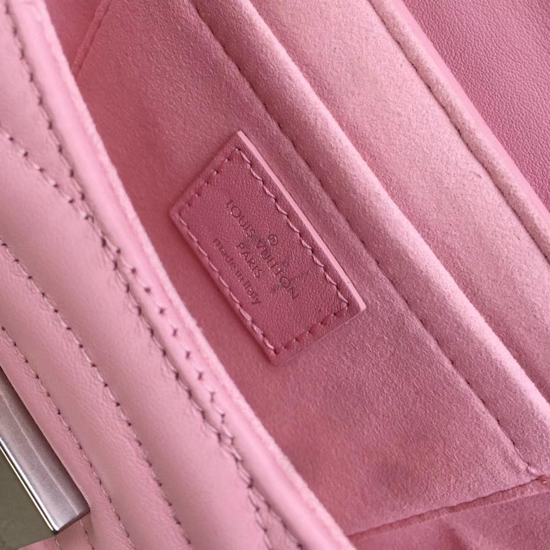 LV路易威登 NEW WAVE 小号手袋M51683 粉色 个性十足 柔滑的绗缝小牛皮 可肩背或斜挎 21.0 x 13.0 x 6.5cm