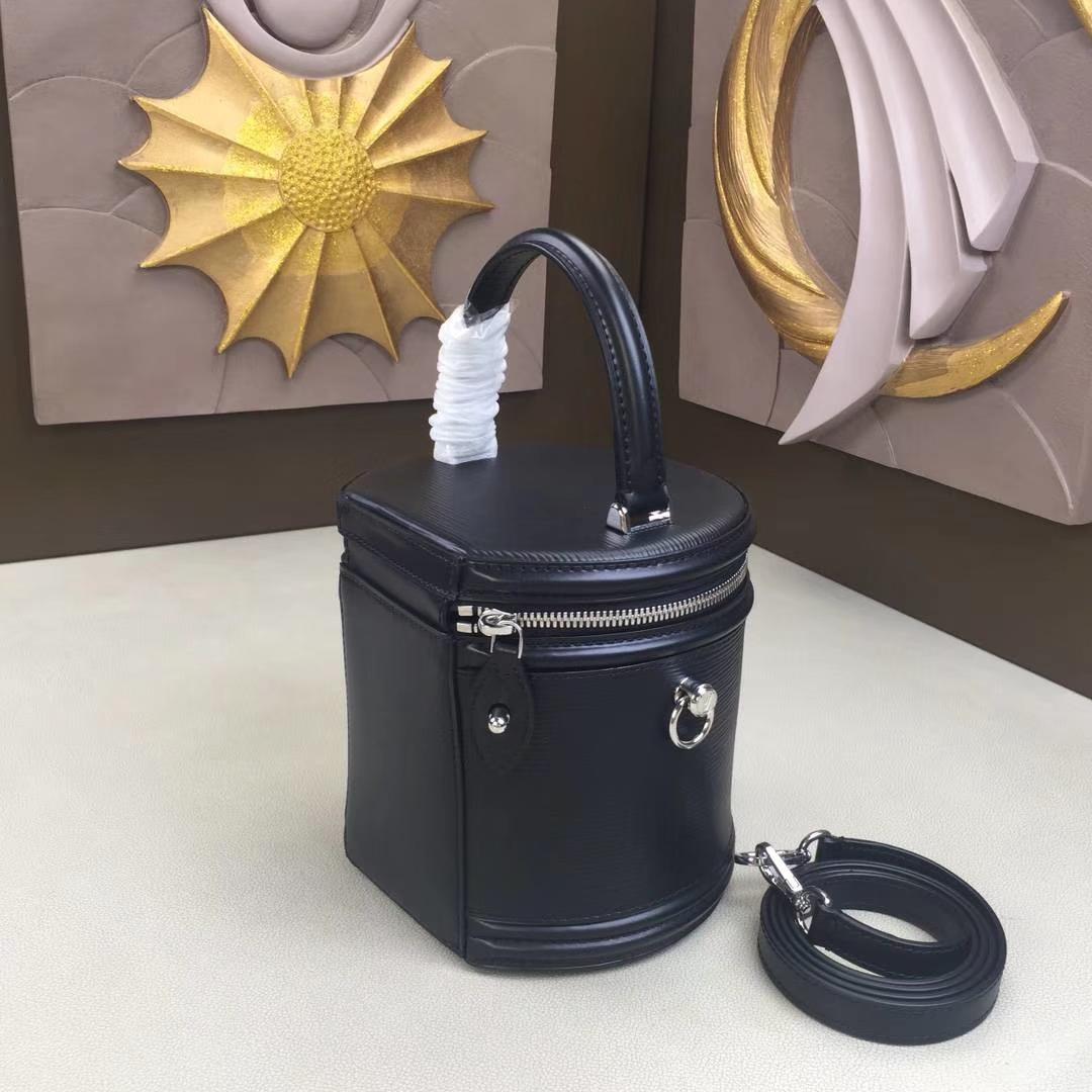 LV路易威登 秋冬新款 PETIT NOE 手袋 M62788 水波纹黑色 水桶包走秀款手提包 圆筒包 16×14.5×16cm