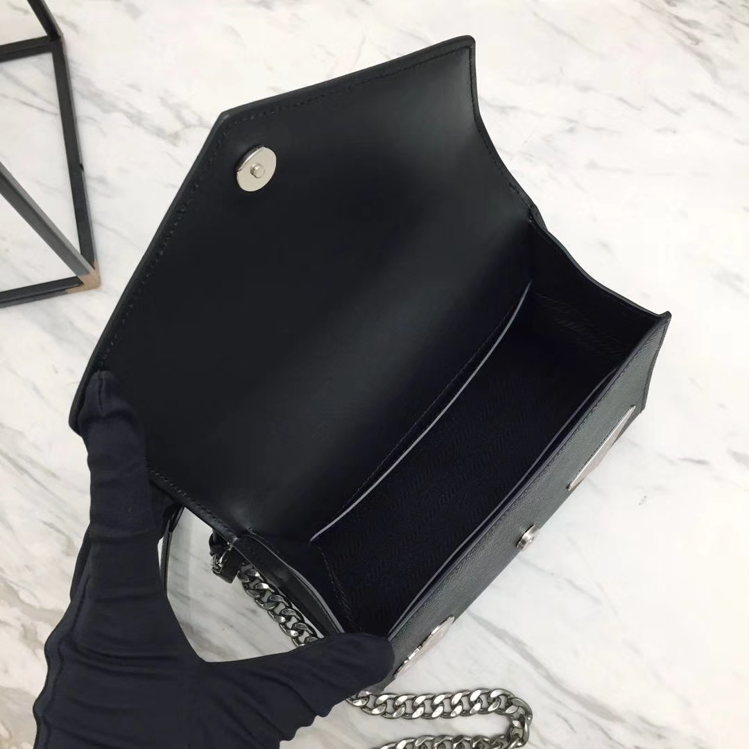 PRADA(普拉达)信封链条机器人包 1BD127 黑色 专柜同步上新 采用原厂香味皮 高端五金 专柜品质 珐琅皇冠、钻石、机芯、机器人等装饰 21×14×10cm