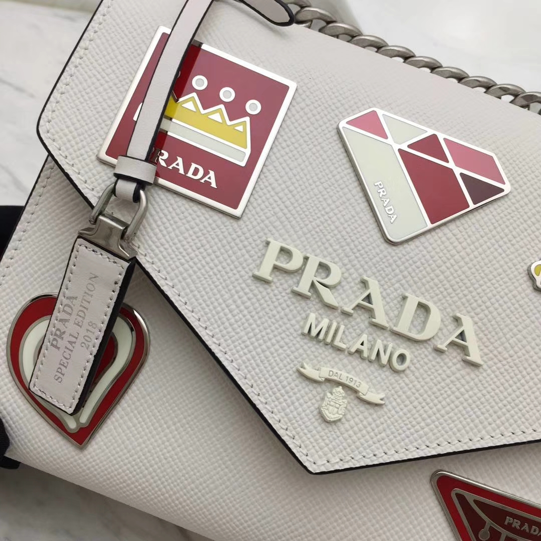 PRADA(普拉达)信封链条机器人包 1BD127 白色 专柜同步上新 采用原厂香味皮 高端五金 专柜品质 珐琅皇冠、钻石、机芯、机器人等装饰 21×14×10cm