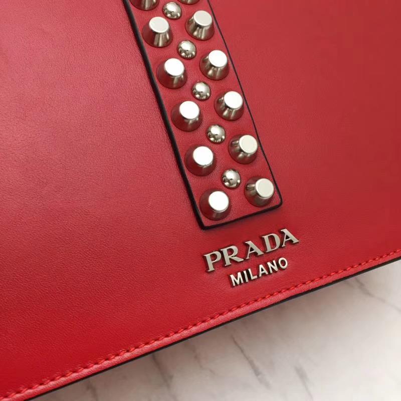 PRADA(普拉达)专柜同步 1BA179 红色 国际名模刘雯同款 小牛皮saffiano皮革里配小羊皮 超酷铆钉皮革手柄 抛光的镀钢金属 26×19×11cm