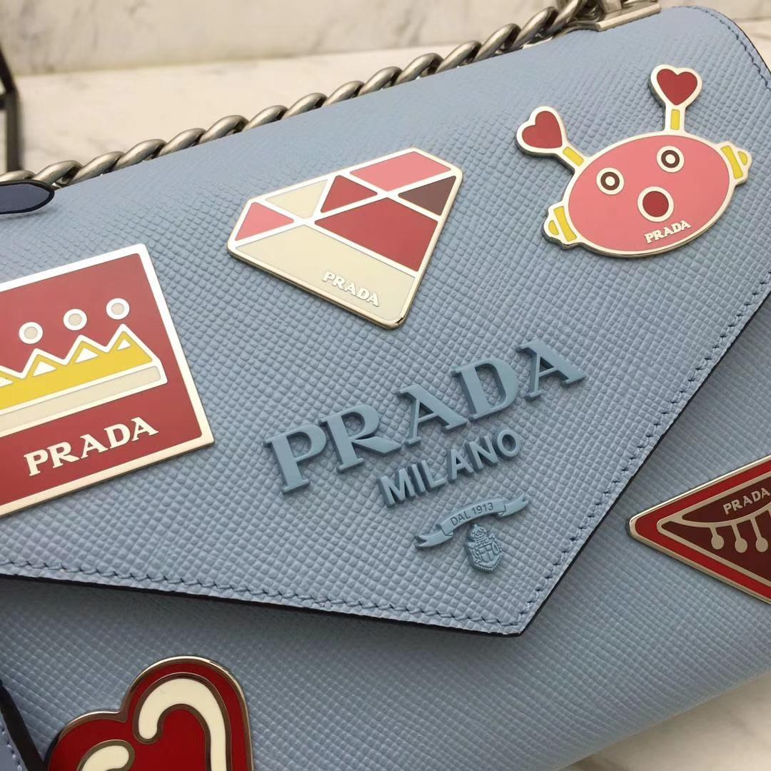 PRADA(普拉达)信封链条机器人包 1BD127 蓝色 专柜同步上新 采用原厂香味皮 高端五金 专柜品质 珐琅皇冠、钻石、机芯、机器人等装饰 21×14×10cm
