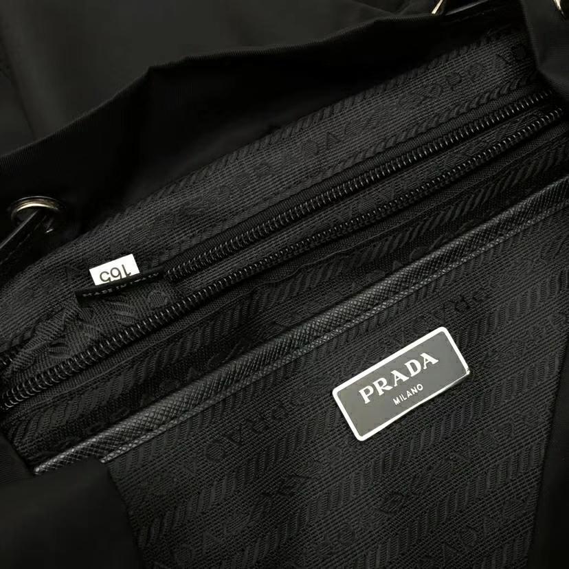 PRADA(普拉达)2018最新走秀款双肩包经典包型铆钉 黑色+黄色 1BZ811 进口防水帆布牛皮 超酷 30×15×32cm