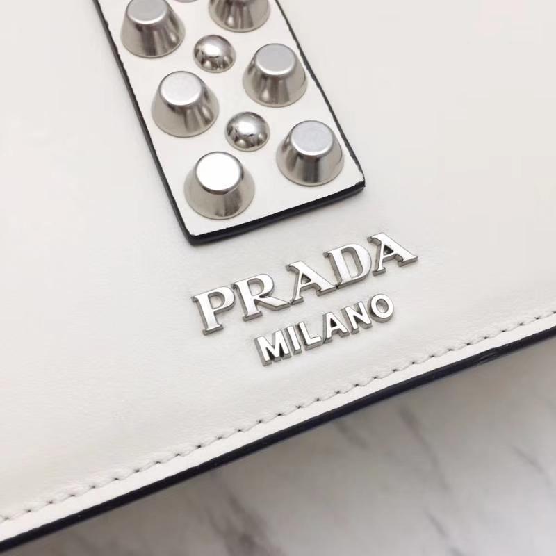 PRADA(普拉达)专柜同步 1BA179 白色 国际名模刘雯同款 小牛皮saffiano皮革里配小羊皮 超酷铆钉皮革手柄 抛光的镀钢金属 26×19×11cm