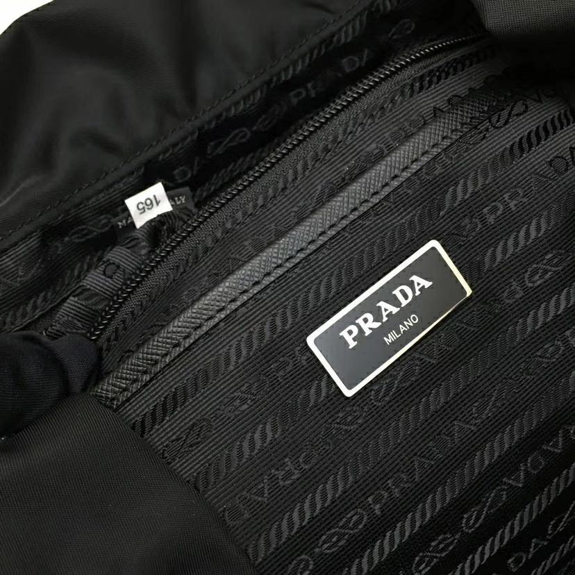 PRADA(普拉达)2018最新走秀款双肩包经典包型铆钉 黑色+红色 1BZ811 进口防水帆布牛皮 超酷 30×15×32cm