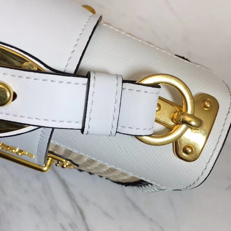 PRADA(普拉达)最新款爆款 1BD045 白色 进口小牛皮精美的手工编织 原单顶尖货 配色强烈撞击视线  时尚复古 20×15×7cm