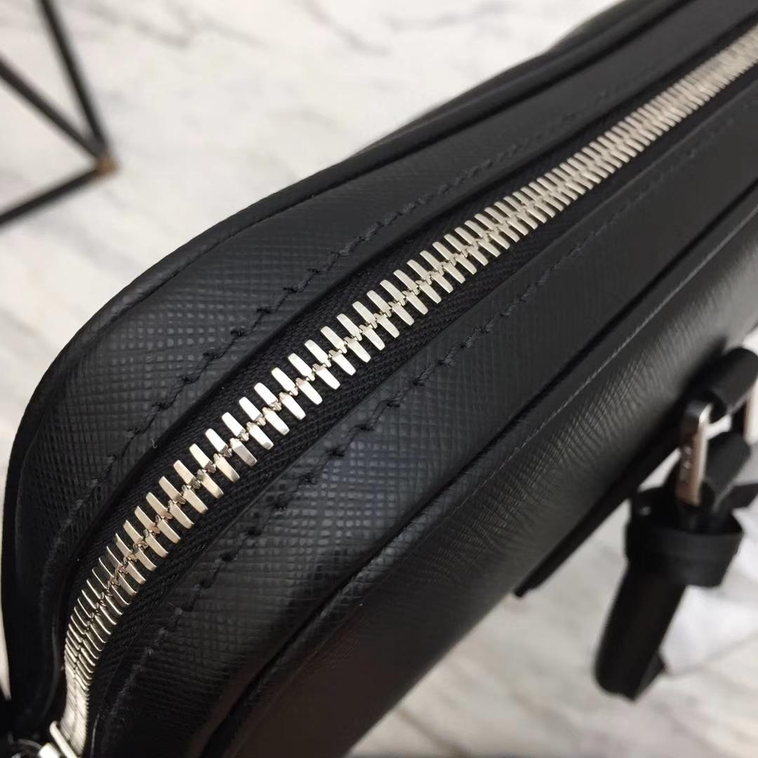 PRADA(普拉达)最新款超薄2VE368公文包 黑色 拼条真正鳄鱼皮 专柜同步 进口意大利皮 原单Lampo拉链 枪色五金 36x28x3.5cm