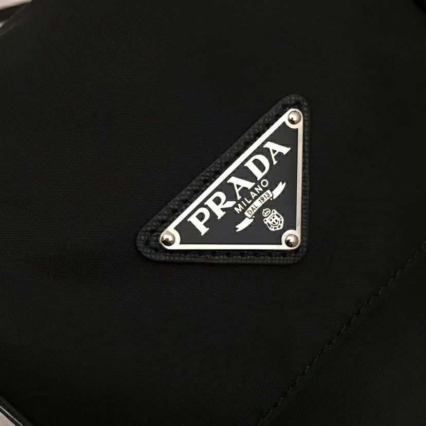 PRADA(普拉达)杨幂同款 2018最新款到货 1bd118 黑色+淡蓝 进口防水布原单五金进口牛皮 特别的铆钉设计 随意搭配 又酷又潮 30×22×11cm