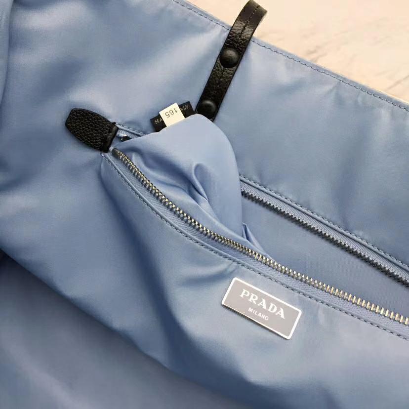 PRADA(普拉达)最新款到货 大尺寸Prada Etiquette 织物手提袋 黑色 金属钉饰边 皮革双手柄 青灰色金属配件 织物衬里 38×28×15cm