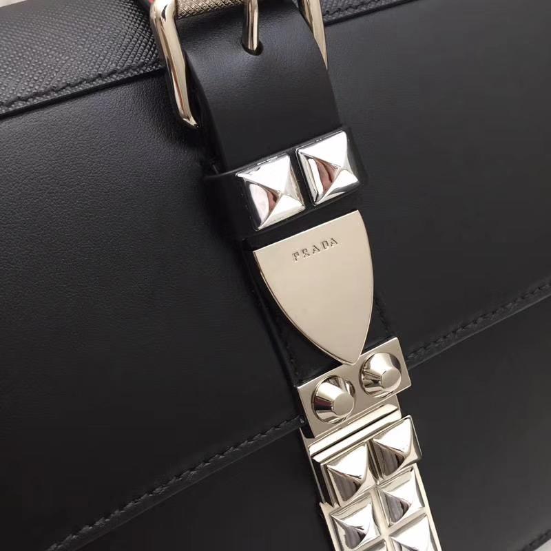 PRADA(普拉达)专柜同步 1BA179 黑色 国际名模刘雯同款 小牛皮saffiano皮革里配小羊皮 超酷铆钉皮革手柄 抛光的镀钢金属 26×19×11cm