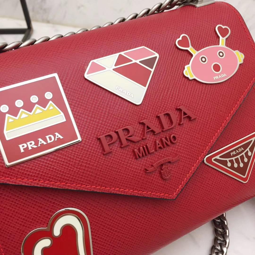PRADA(普拉达)信封链条机器人包 1BD127 红色 专柜同步上新 采用原厂香味皮 高端五金 专柜品质 珐琅皇冠、钻石、机芯、机器人等装饰 21×14×10cm