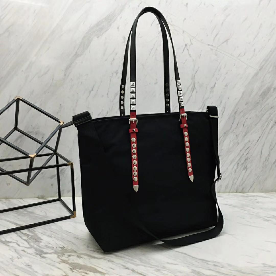 PRADA(普拉达)新款来袭 1BG212 黑色 最新款单肩尼龙购物袋 进口防水布原单五金 撞色牛皮肩带 独特铆钉设计 34×35×13cm