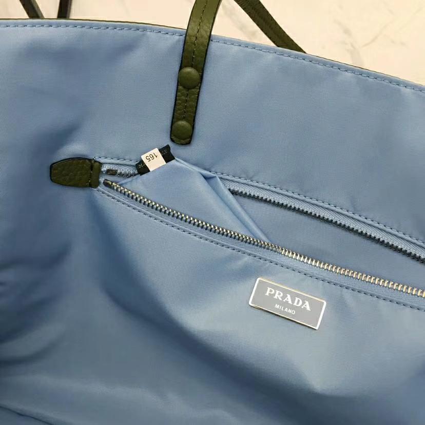 PRADA(普拉达)最新款到货 大尺寸Prada Etiquette 织物手提袋 军绿色 金属钉饰边 皮革双手柄 青灰色金属配件 织物衬里 38×28×15cm