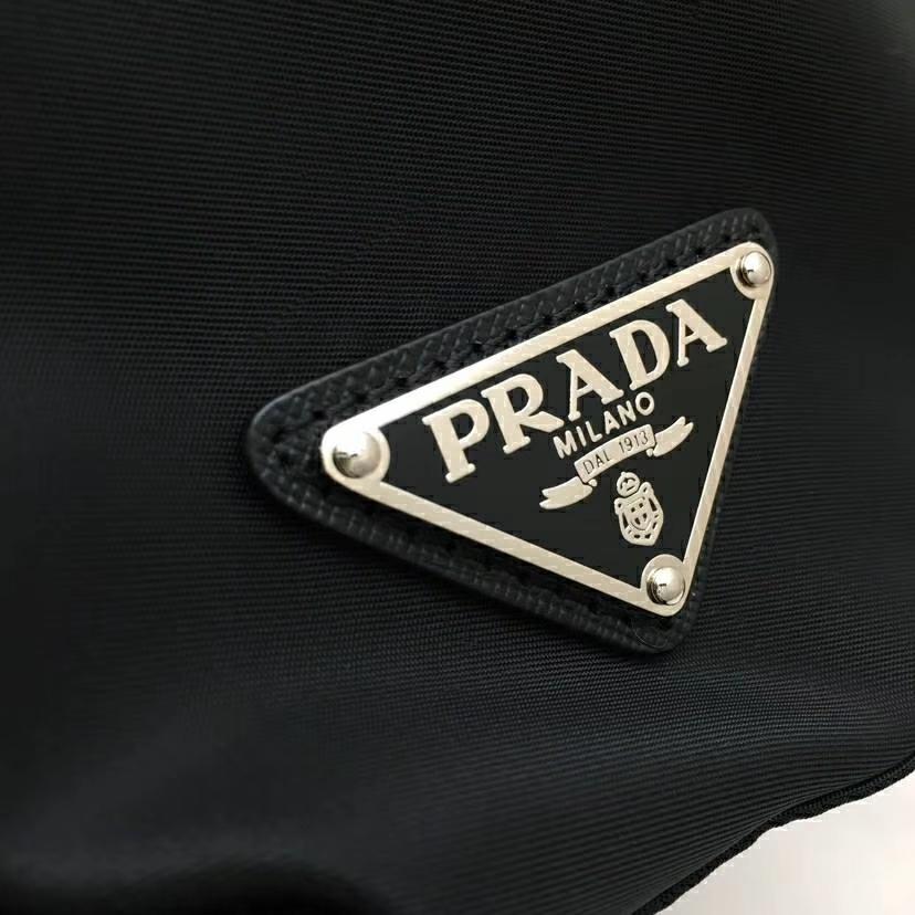 PRADA(普拉达)2018最新走秀款双肩包经典包型铆钉 黑色+蓝色 1BZ811 进口防水帆布牛皮 超酷 30×15×32cm