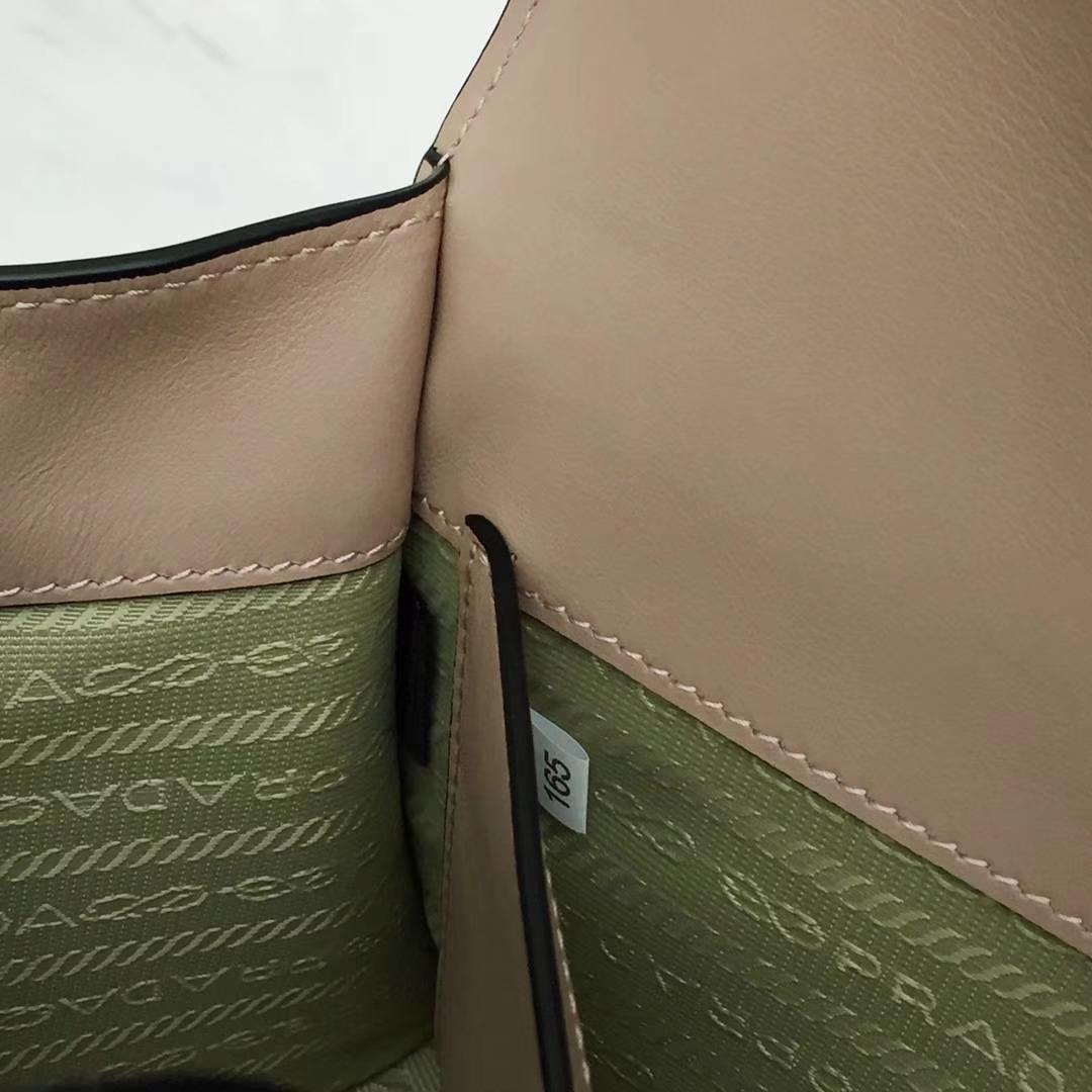 PRADA(普拉达)信封链条机器人包 1BD127 豆沙色 专柜同步上新 采用原厂香味皮 高端五金 专柜品质 珐琅皇冠、钻石、机芯、机器人等装饰 21×14×10cm