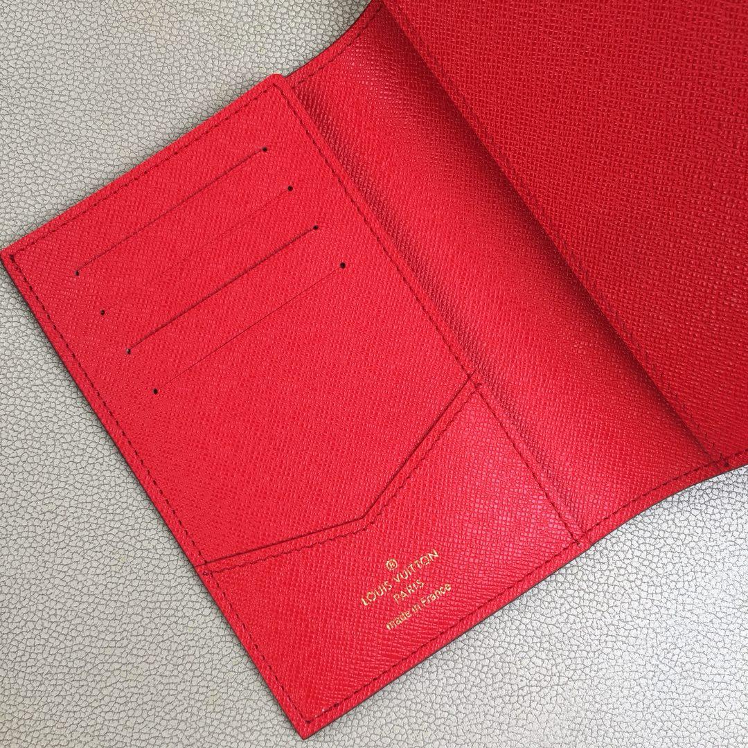 路易威登圣诞款 M62089狮子丝印护照本 质感奢华的粒纹小牛皮内衬 内部多隔层构造