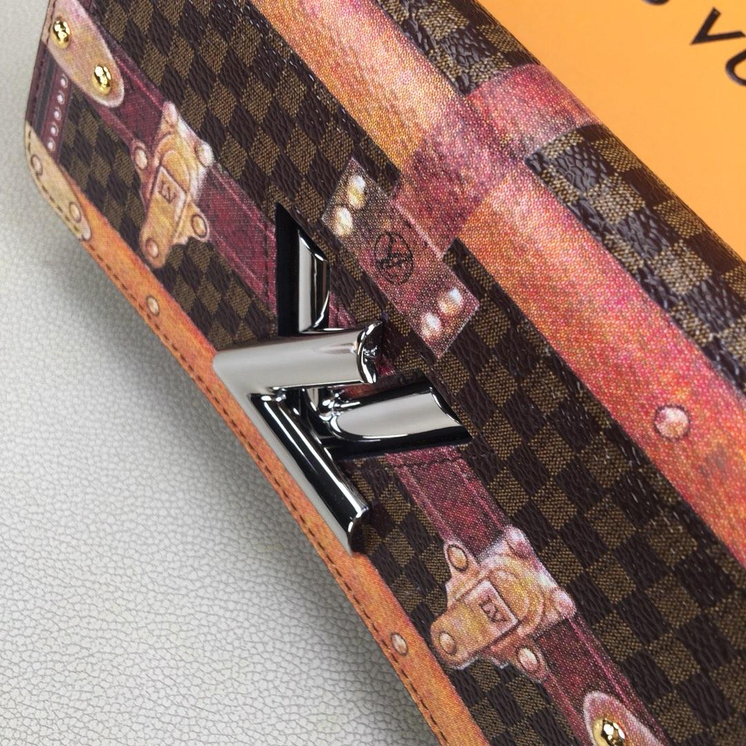 路易威登 TWIST CHAIN钱夹M63778咖啡色 Monogram帆布打造 具有视觉错觉效果和复古观感 标志性路易威登扭锁