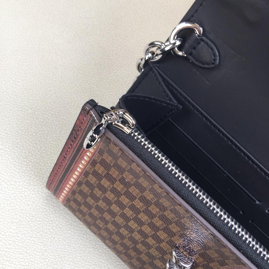 LV TWIST CHAIN钱夹 M63594咖啡色 具有视觉错觉效果和复古观感 标志性扭锁