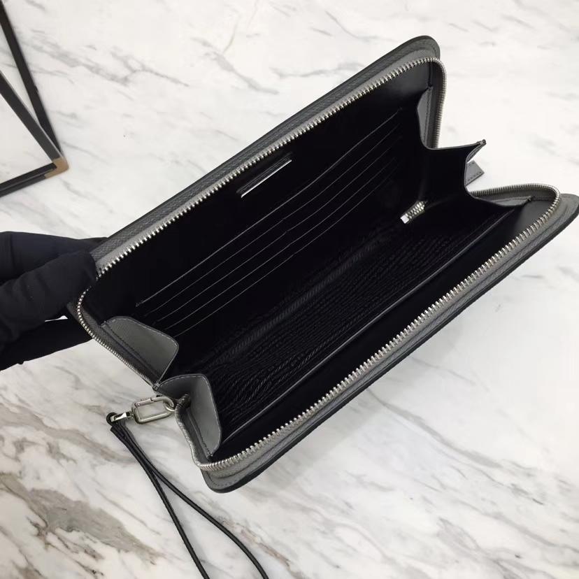 PRADA(普拉达)专柜最新款手包 2VN008 大理石灰 Saffiano皮革 拉链开合 外部金属刻字徽标 26×18cm