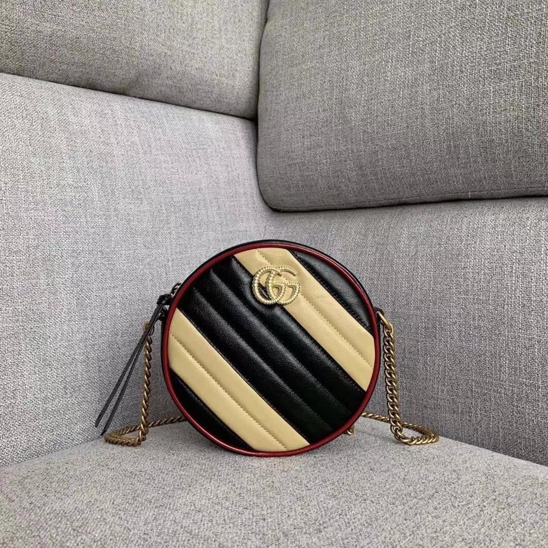GUCCI(古驰)复古风小圆包 550154 黑色+米黄色 采用俏皮可爱的圆形设计 绗缝皮革搭配鲜明的樱桃红镶边 18x18x6.5