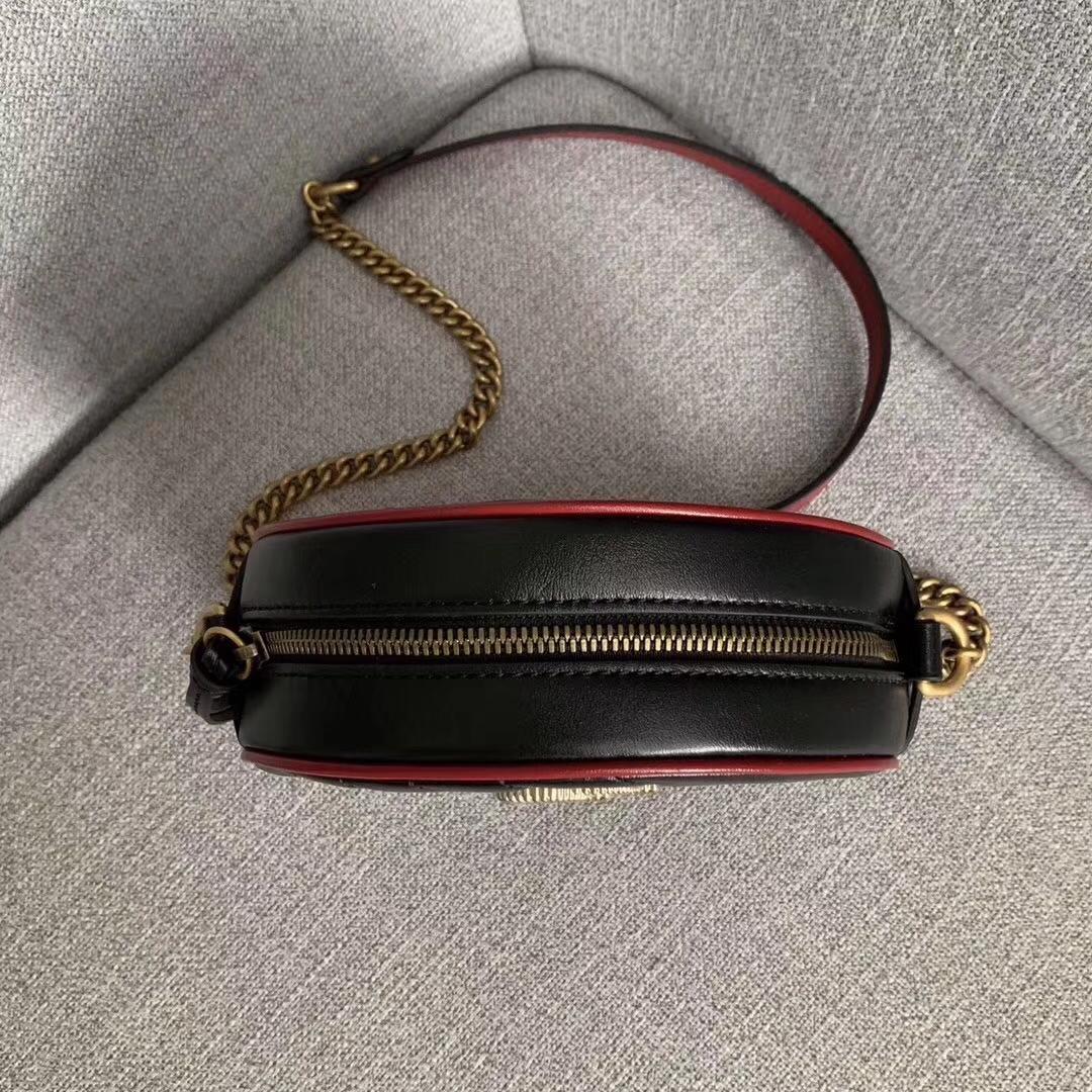 GUCCI(古驰)复古风小圆包 550154 黑色 采用俏皮可爱的圆形设计 绗缝皮革搭配鲜明的樱桃红镶边 18x18x6.5