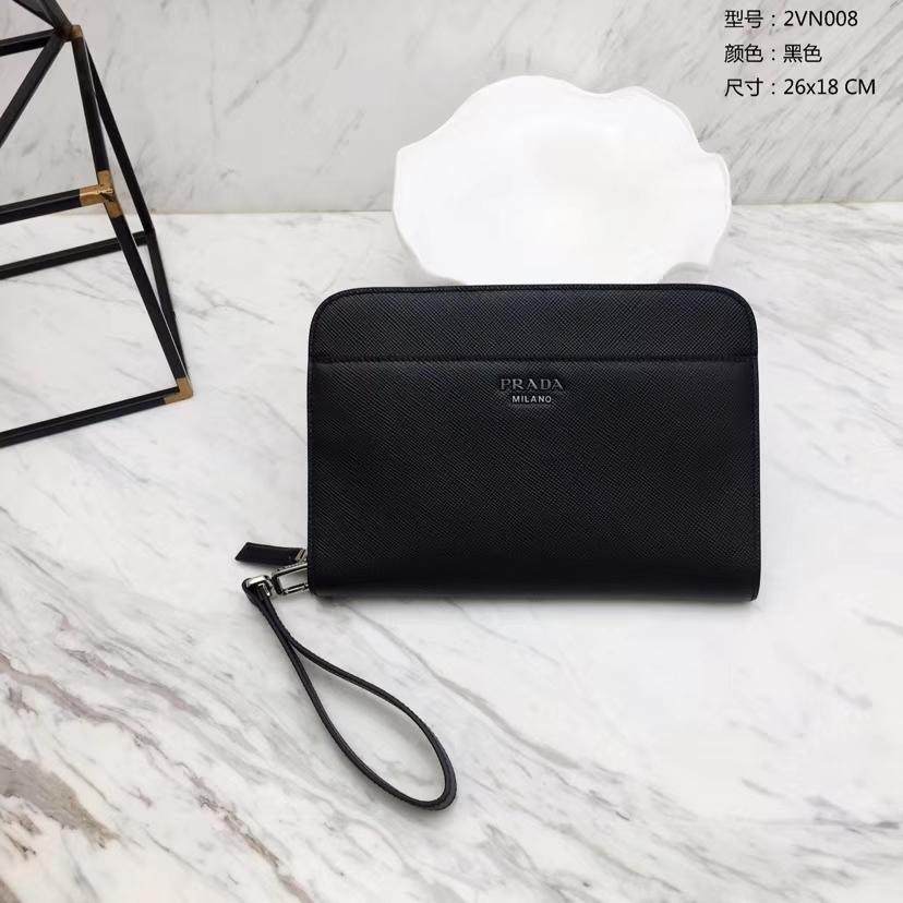 PRADA(普拉达)专柜最新款手包 2VN008 黑色 Saffiano皮革 拉链开合 外部金属刻字徽标 26×18cm
