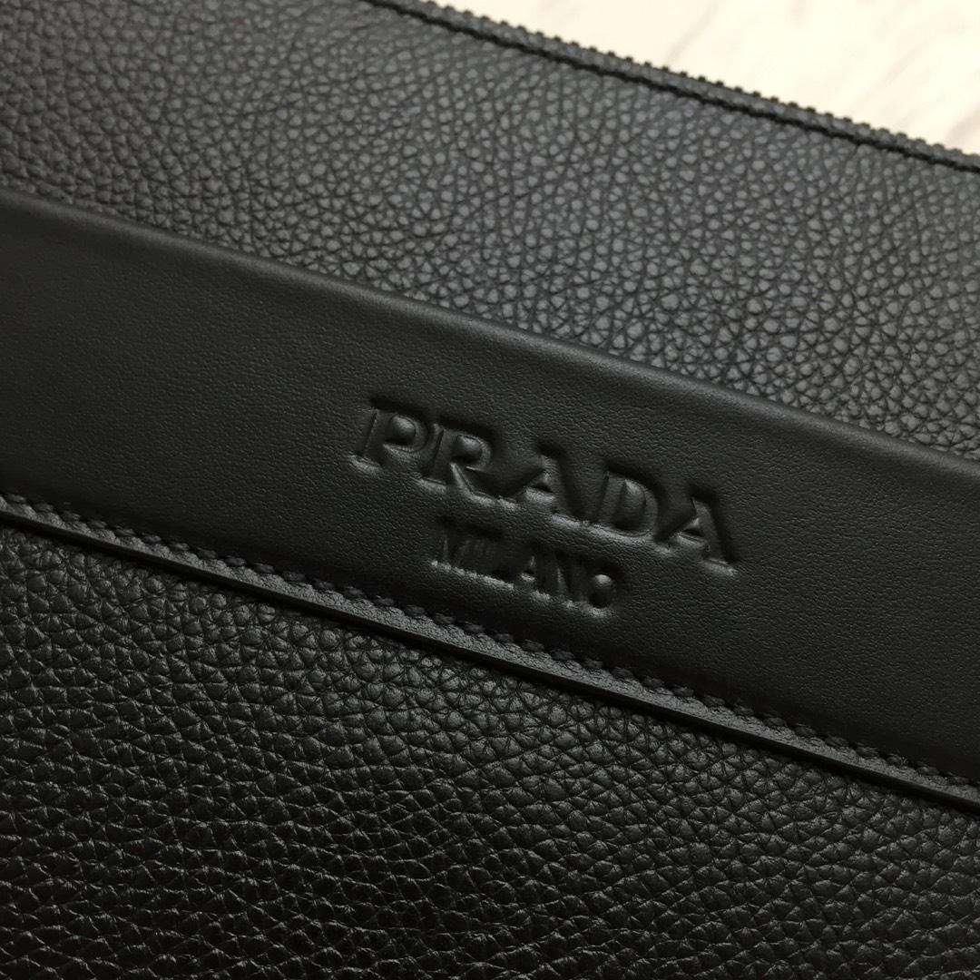 专柜同步 2VH013原单皮配光面皮革镶边的木纹小牛皮斜挎包 黑钯金饰面五金