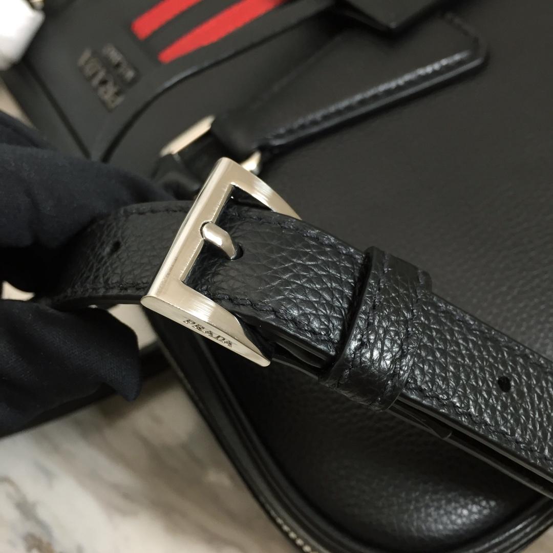 PRADA专柜同步上新 新款2VE368公文包 木纹拼条设计 超薄款 进口意大利牛皮