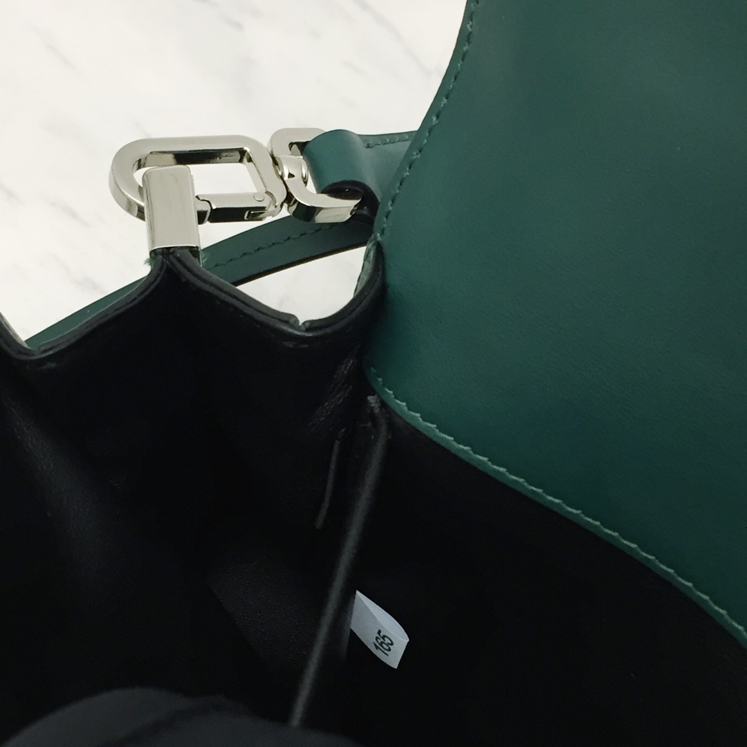 P家年度最重磅新款1BD168 进口意大利小牛皮+进口羊皮内里 配两个肩带 正品开发