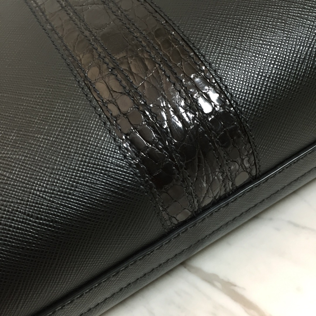 P家最新款公文包2VG039 拼条鳄鱼皮 进口意大利牛皮 十字纹 内衬标识里布 lampo拉链
