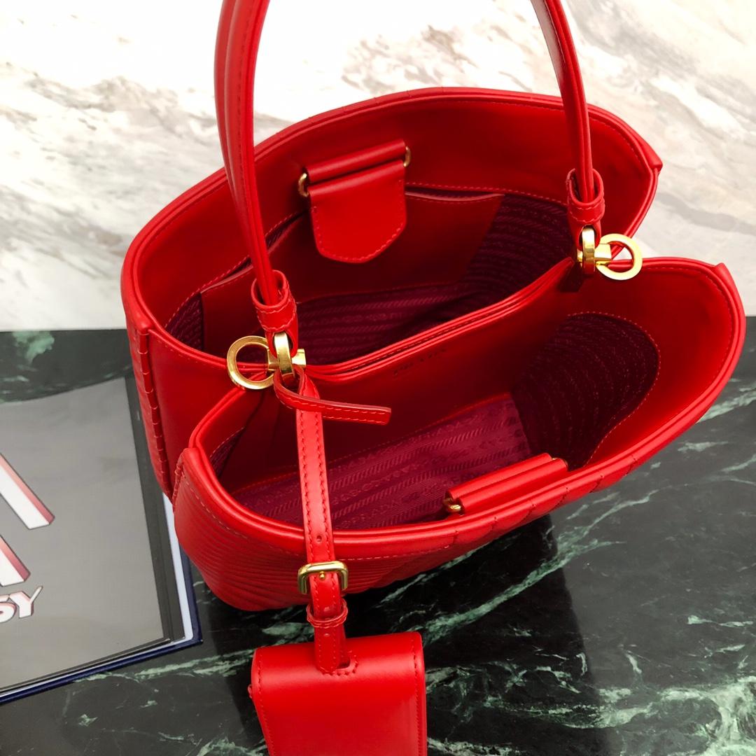 P家最新款double手袋 水桶型购物袋1BA212 覆式磁扣扣合的中央口袋 时尚之余又安全方便