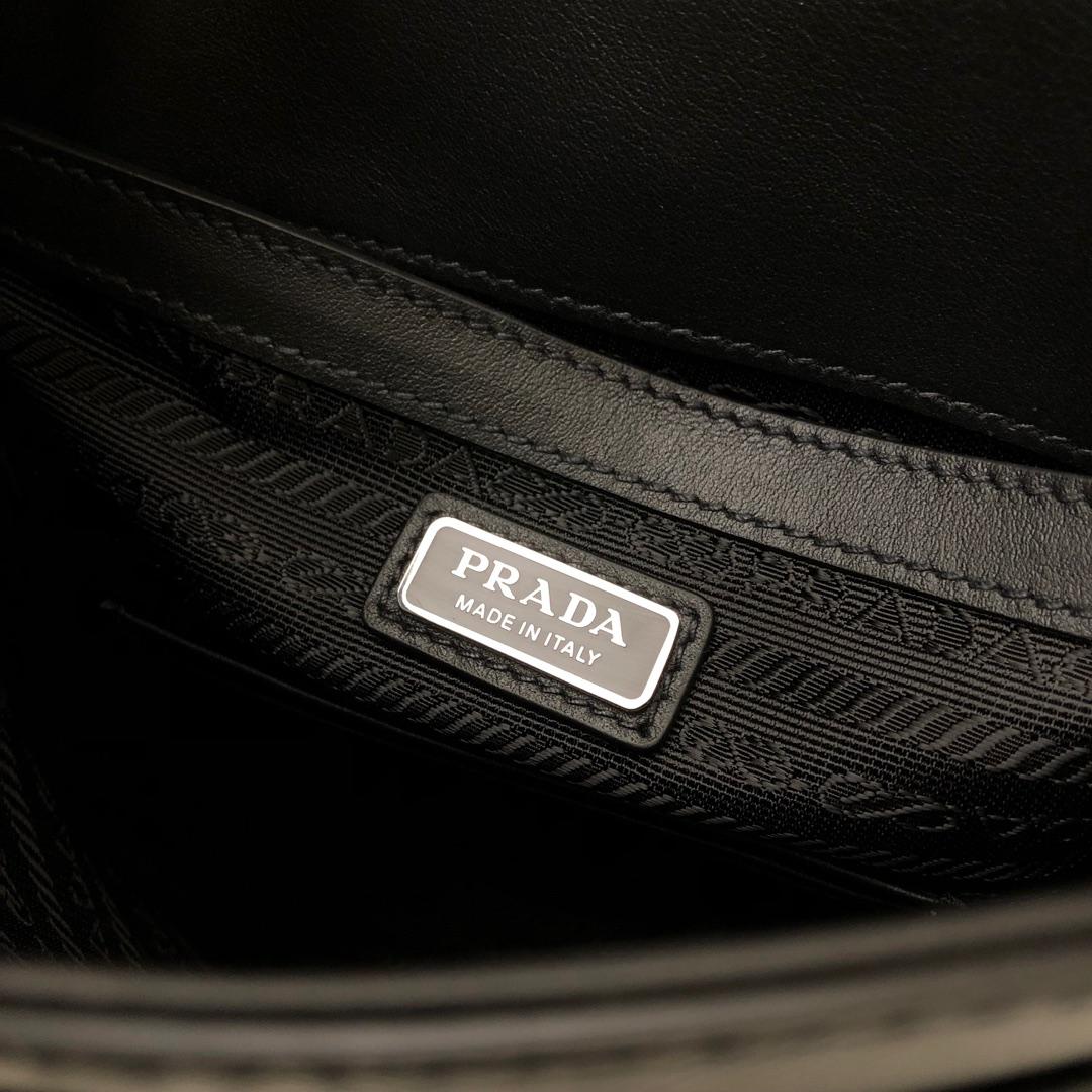 P家最新款男包上市Saffiano十字纹2VD019 可调式皮革肩带 侧边三角形搪瓷徽标 背面口袋磁扣合 正面翻盖及插带扣