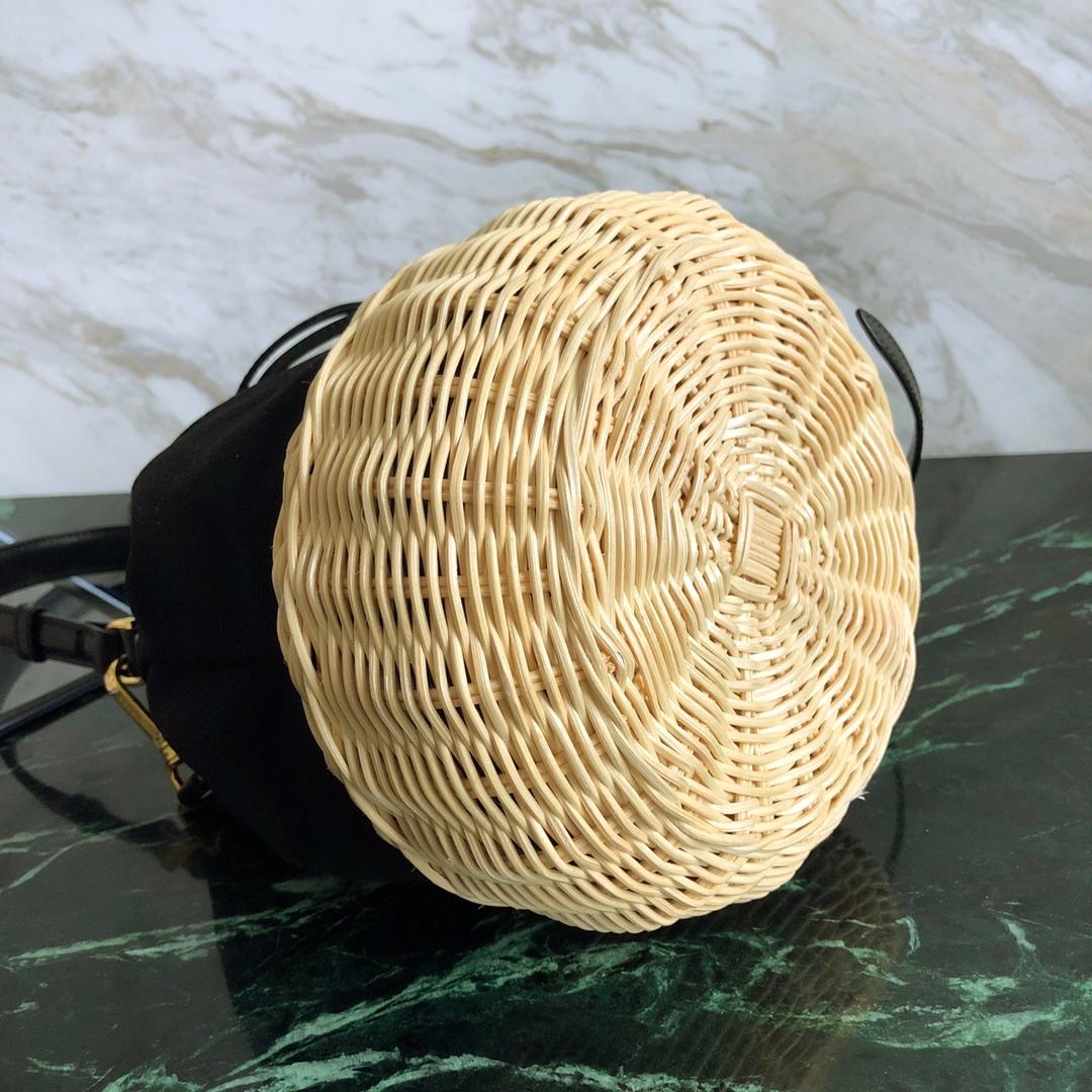 P家最新款水桶包1BH115 柳条(藤)编织和棉质帆布制成 牛皮束绳拉合 皮革提手