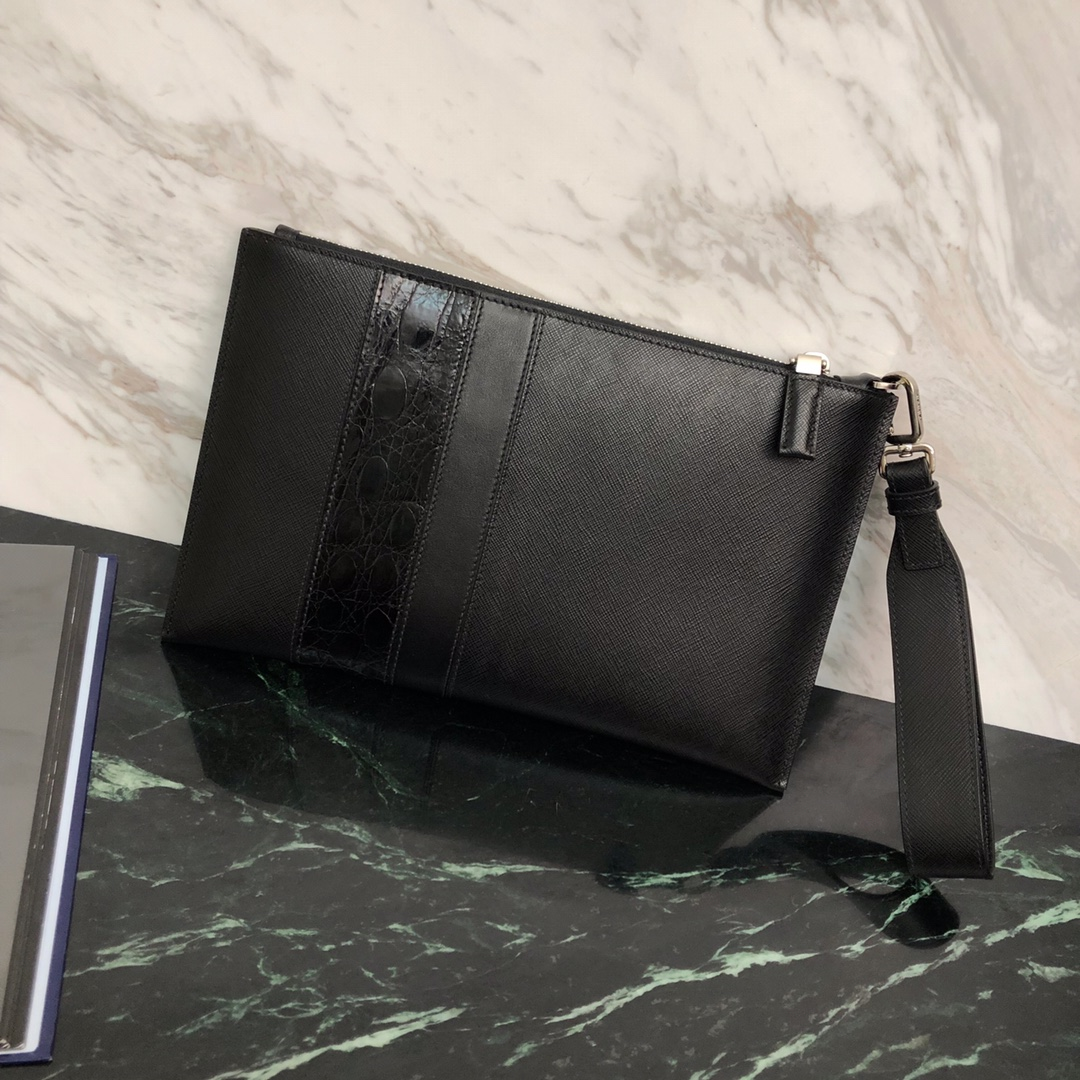 P家最新款手包2NG005 独特的十字纹+纳帕+真正鳄鱼皮 宽十字纹手腕带 经典三角唛