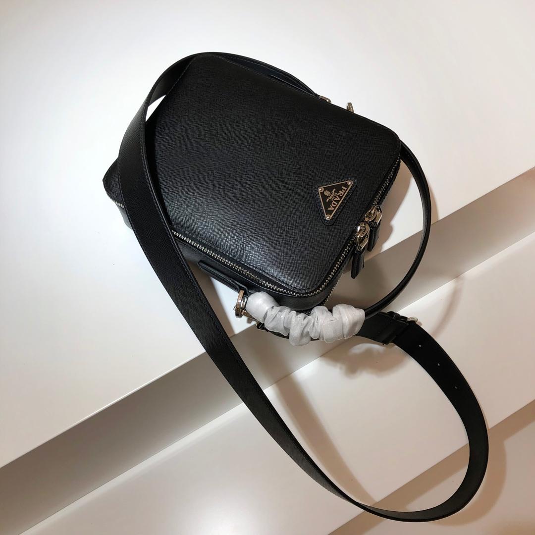 P家雅致的Saffiano皮革单肩包2VH066 内部徽标牌 外部三角形搪瓷徽标 徽标衬里