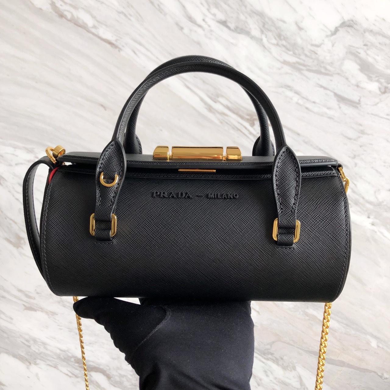 P家最新款Sybille Saffiano手袋1BA216 简约的迷你手袋颇具现代魅力 同色logo更显独特品味