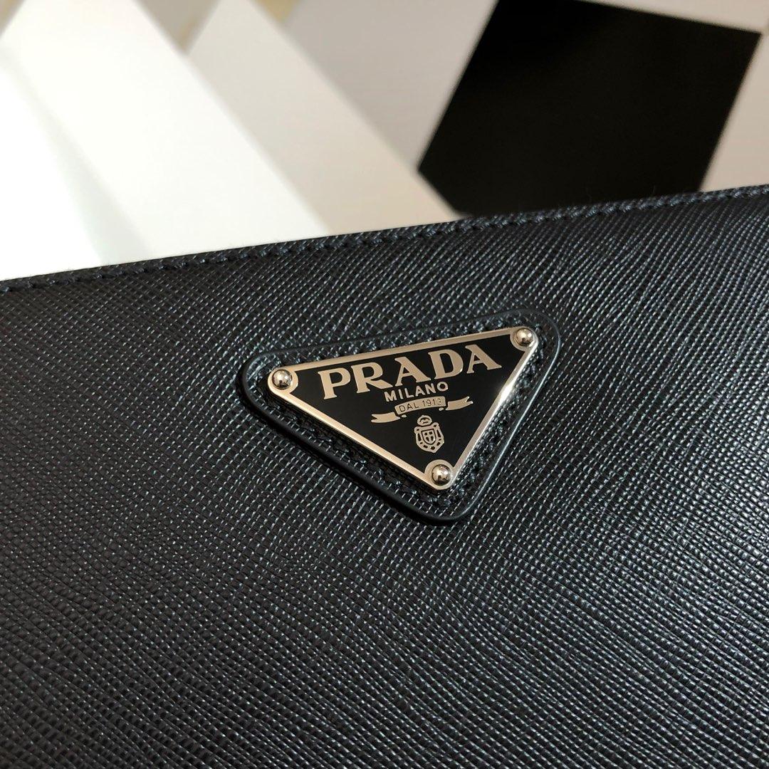 2019P家最新款男包2VH065 背面配有提手 三个主夹层 包身饰以三角形搪瓷徽标