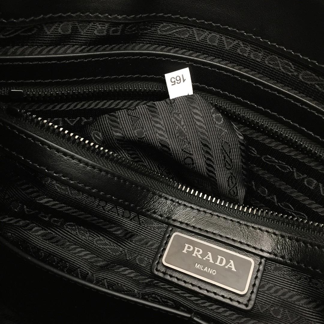 P家木纹小牛皮斜挎包2VH013 原单皮配光面皮革镶边 黑钯金饰面五金