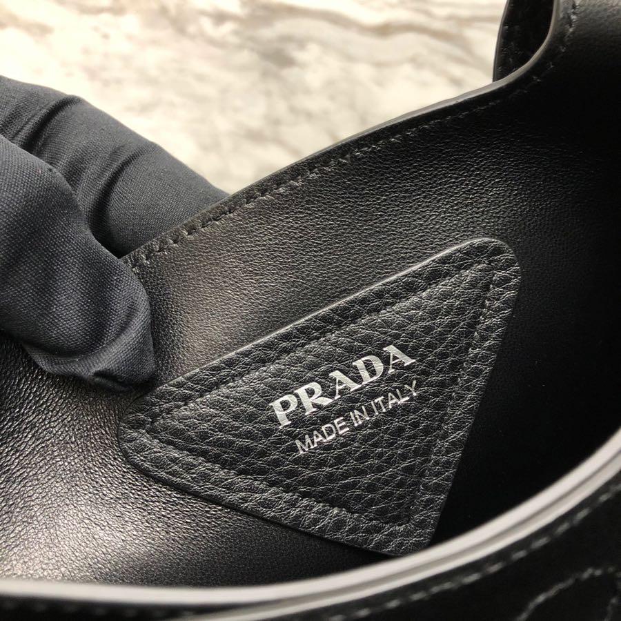 P家最新款托特包1BG335 原厂意大利自然摔纹小牛皮 皮革双提手金属徽标