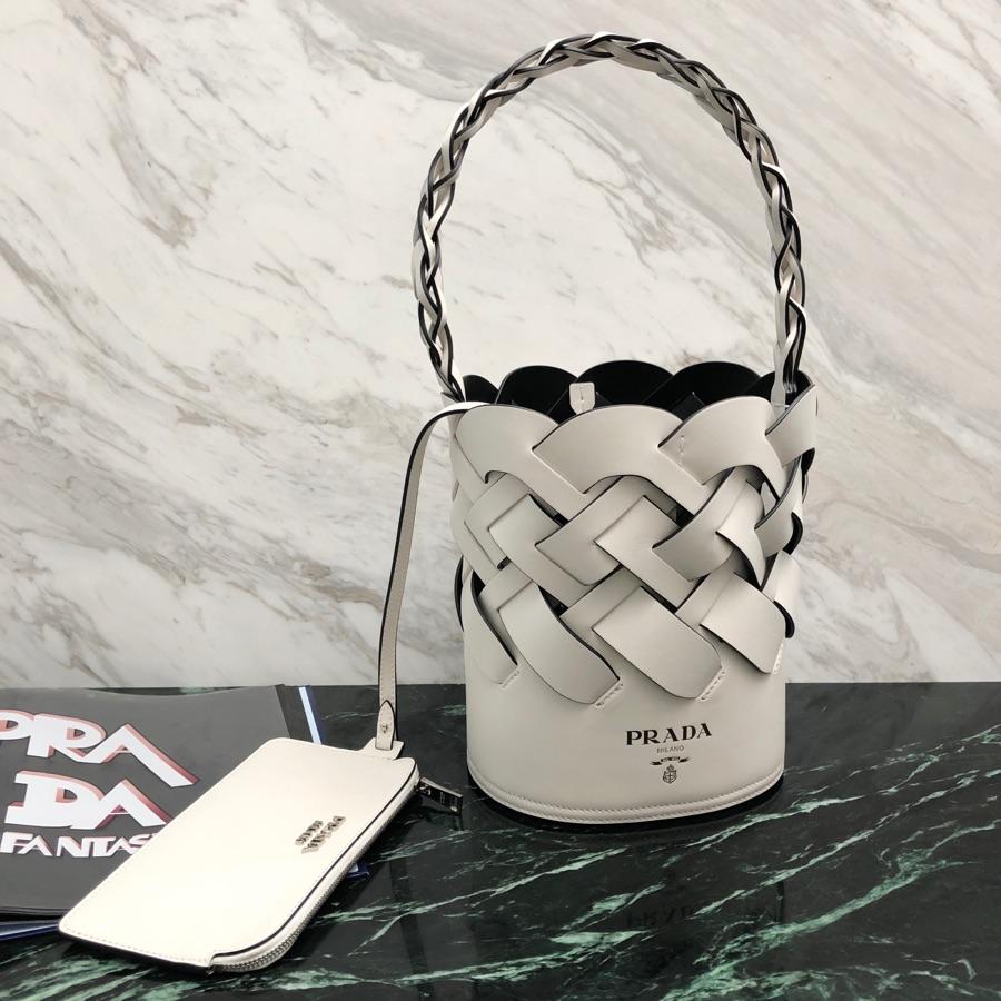 P家2020春夏季全新编织图案水桶包1BE049 采用小牛皮材质 编织皮革提手 热印徽标