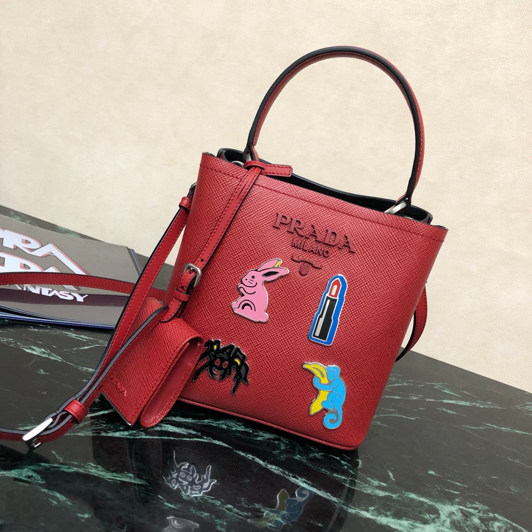 P家最新款水桶型购物袋1BA217 Saffiano皮革材质 配拆卸可调式皮革肩带 涂珐琅金属贴花