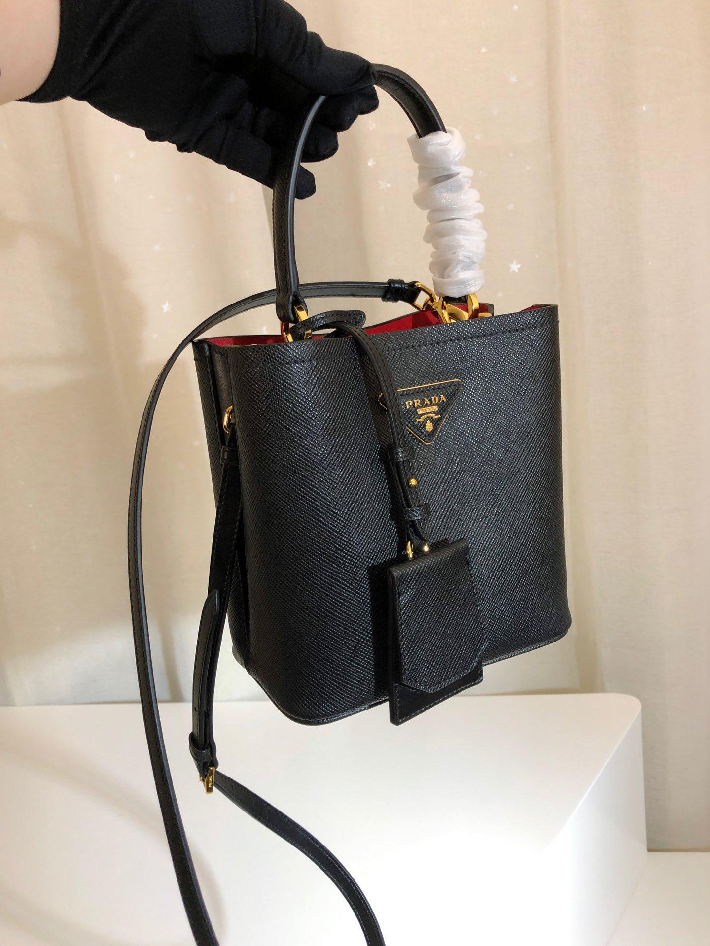 P家最新款double手袋迷你版水桶包1BA217 覆式磁扣扣合的中央口袋 原厂意大利带香味