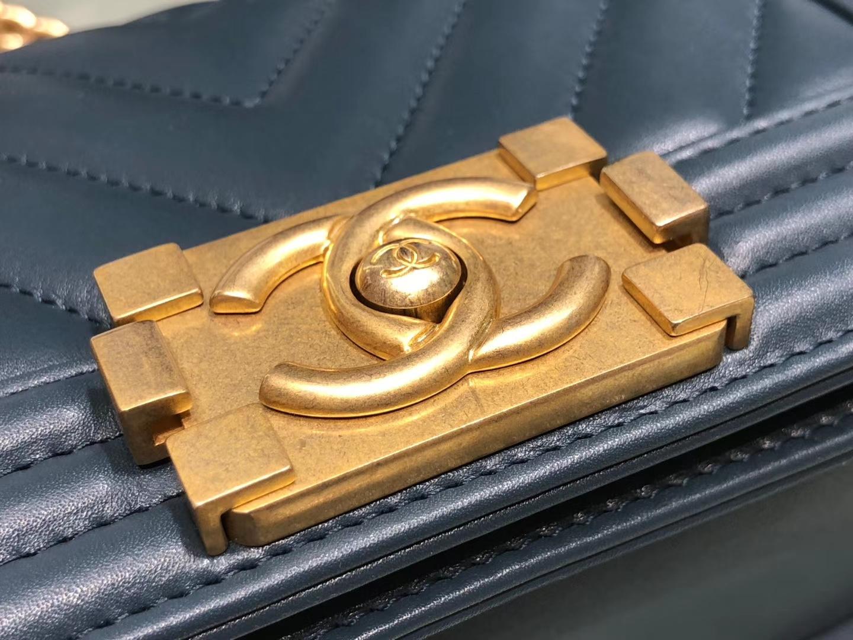 Chanel(香奈儿)Leboy # 小羊皮配搭复古砂金 墨蓝色 V纹 20cm