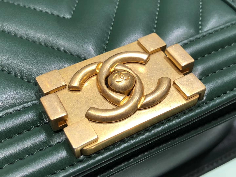 Chanel(香奈儿)Leboy # 小羊皮配搭复古砂金 墨绿色 V纹 20cm