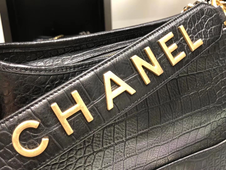 Chanel(香奈儿)𝖌𝖆𝖇𝖗𝖎𝖊𝖑𝖑𝖊 # 流浪包 黑色 鳄鱼纹理压花小牛皮 金色与银色金属 28cm