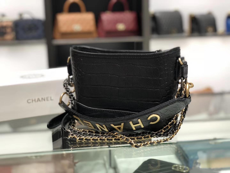 Chanel(香奈儿)𝖌𝖆𝖇𝖗𝖎𝖊𝖑𝖑𝖊 # 流浪包 黑色 鳄鱼纹理压花小牛皮 金色与银色金属 20cm